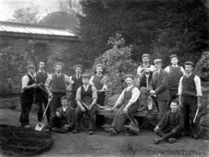 figure-1-herbert-broadley-gardener-1897-back-row-5th-from-left